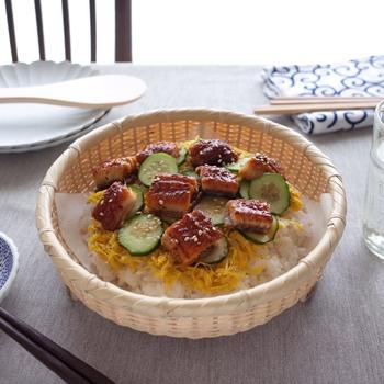 こちらの足付きそばざるは底が平らで安定感もあり、ご飯ものを盛りつけるのにもぴったり。小さめのざるに一人分ずつちらし寿司を盛ってお出しすれば、ちょっと粋なおもてなし料理に。夏の日の涼しげなお昼ごはんです。