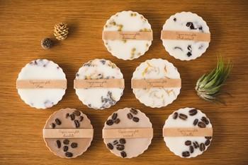 お菓子のような可愛らしい見た目のこちらは、ラベンダーやカモミールなどのハーブとフレグランスオイルで作られています。自然な香りが楽しめるので、いくつかの香りをお部屋ごとに置いても良さそうです。小さなお皿などにのせてディスプレイしてみましょう。