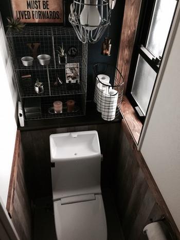 自宅のトイレが古いと、陰気な感じがしたり、落ち着かなかったりと悩みが多いものですよね。そんなトイレこそ、自分のお気に入りのものを置いて好きな空間にしてみてはいかがですか?飾る場所がなければ、小さな棚をつけてみるのもいいでしょう。 暗い雰囲気になりたくないのであれば、ファブリックを白っぽい清潔感のあるものに変え、植物を飾るとトイレの印象もガラッと変わります。お気に入りのアロマを置くのもおススメです。