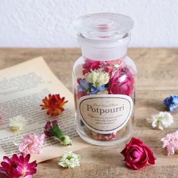 高さ10センチほどの瓶にたくさんのお花が入っていて、一つひとつのお花の表情を見ているだけでも幸せな気分になります。お花を砕かずにその形が残るように丁寧に仕上げていることが分かりますね。