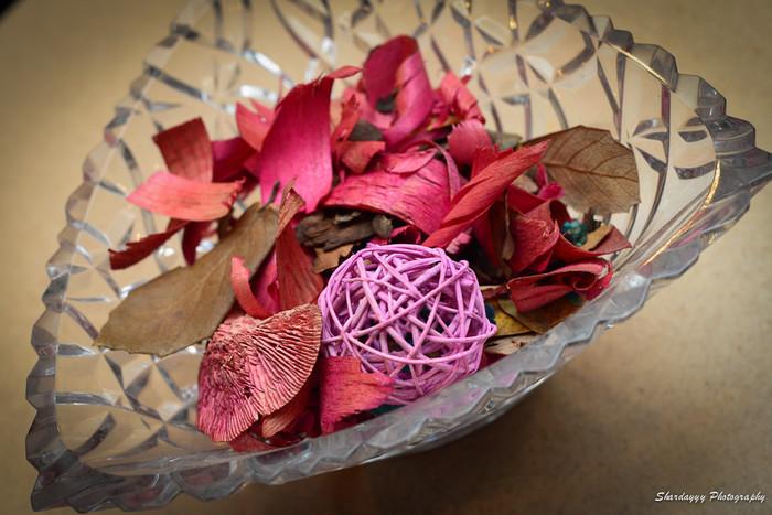 ドライフラワーやハーブやスパイス、香りの良い木片や樹脂などにエッセンシャルオイルやアロマオイルを垂らして保存するポプリは、花びらや植物の色や形を目で楽しむことができるアイテム。鮮やかな色合いは、インテリアのアクセントとしてもおすすめです。