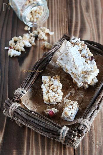 栄養豊富なざくざく食感のグラノーラバー。バターとマシュマロを加熱してグラノーラと混ぜて冷やし固めるだけで、あっという間に完成です。