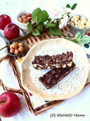 レンジで溶かしたチョコレートに、グラノーラとナッツを混ぜ入れて冷やし固めたチョコレートグラノーラ。お子さんにも喜ばれそうなおやつですね。