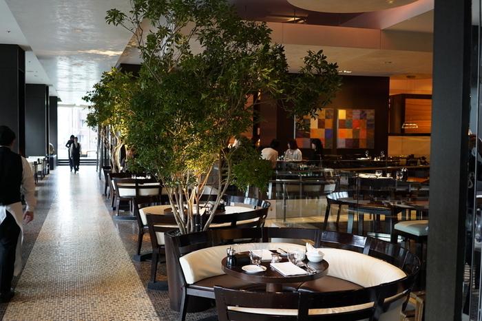 2003年に、ハイアットホテルチェーンとして六本木ヒルズ内にオープンしたラグジュアリーホテル「グランド ハイアット 東京」。今回ご紹介するのは、2階にあるオールデイ ダイニング「フレンチ キッチン」。外の空気が心地よい、テラス席もありますよ♪