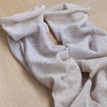 中川政七商店が奈良の靴下屋さんと一緒に製造した「ふんわりアームカバー」。綿の麻の異なる素材の肌触りが心地良い、これからの季節にぴったりのアイテムです。手首側はロールアップ、二の腕側はゴムの作りになっているので、腕からずり落ちにくいのもポイント。