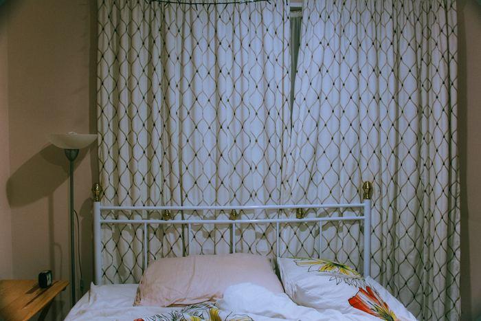 お家の外の音が気になる方は、カーテンを防音機能がついたものに変えるといいでしょう。2重に吊るすことによっても遮音性が上がります。日中にカーテンを閉めなければならない場合でも、明る色のカーテンなら部屋の暗さが軽減されますよ。