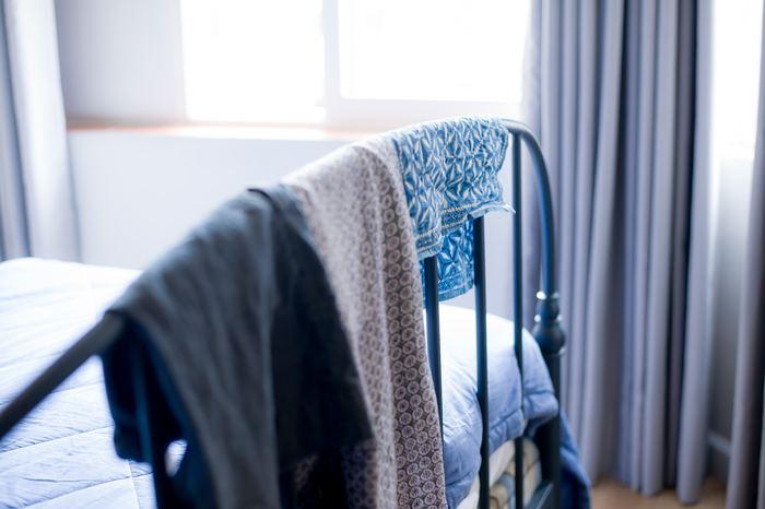 落ち着いて眠れるベッドルームにするには、ベッドのカバーリングやカーテンをブルー系の色にするといいでしょう。青色は興奮をおさえ、気持ちを落ち着かせる効果があります。また、間接照明を取り入れてあたたかな光の色にすると、蛍光灯の白く明るい光よりも眠りにつきやすくなります。
