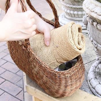 麦わら帽子よりも柔らかい、天然のラフィアを使って編まれているヘレン カミンスキーの帽子。折り畳んでも形が崩れにくいので、コンパクトに畳んでバッグにしのばせることもできます。荷物の多い旅行のお供にもおすすめです。