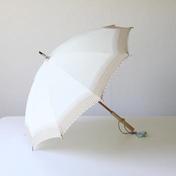 古くから続くものづくりの精神を守り、時代とともに進化し続けてきた槙田商店の傘。日傘の「菜(サイ)」シリーズは、夏の日差しで豊かに育つ野菜をモチーフに作られました。こちらの「えのき」は縁から内側に向かって水玉模様のジャガード織りがグラデーションになった、印象的なデザインです。