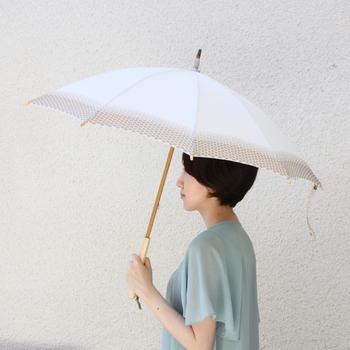 優しいクリーム色×カフェオレ色の落ち着いた雰囲気で、春のスタイリングにもすっとなじみます。水玉模様の部分は凹凸があり、心地良い手触り。傘を閉じた時のくしゅくしゅとした可愛らしい佇まいも魅力的で、広げても閉じても違った表情を見せてくれる「持っていて楽しくなる傘」です。