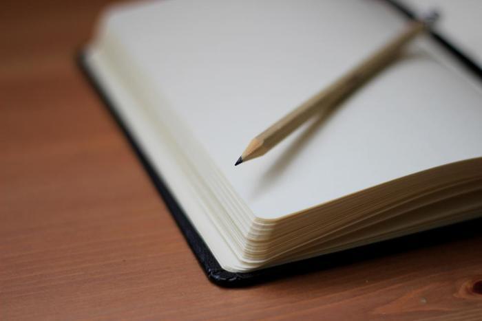 書くという行為は、パソコンで文字を打つより、手間も時間もかかります。でも、その時の出来事や思い、感じたことを、自分だけのお気に入りのノートに書き留めておいたり、その時の一瞬一瞬をノートに綴ることで、より思い出を素敵に残せそうですよね。  ひとりづつに寄り添ったノートだからこそ、書くことが、今よりもっともっと楽しくなりそう…  みなさんも、自分だけのノートで、『書く』ことを始めてみませんか…