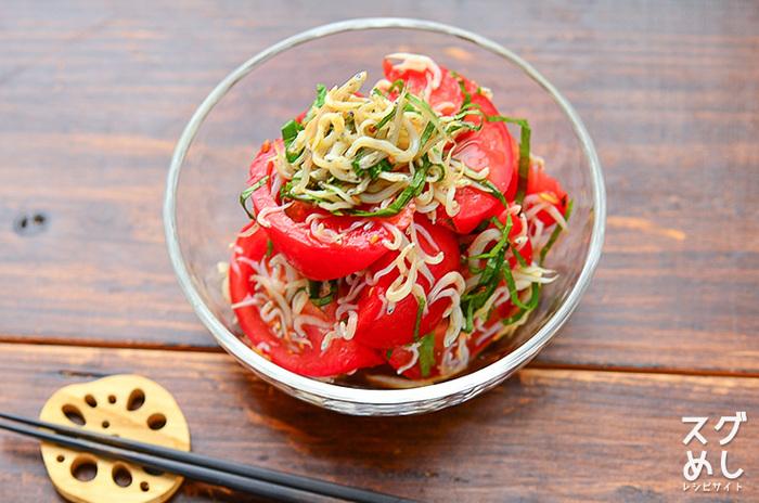 ハンバーグの付け合せとして定番のトマトを、しらすと大葉で合せて和風にアレンジした一品。チャチャっと出来るのも嬉しいですね。