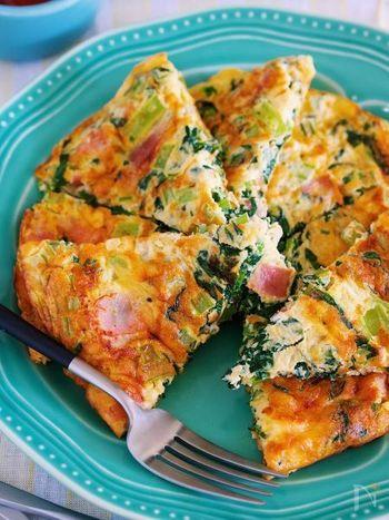 「ムニエル」に合わせて卵も洋風にアレンジ。オムレツのようにふわふわに焼いた卵はとても華やか!小松菜とベーコンの具材で栄養もたっぷり摂れそうですね♪