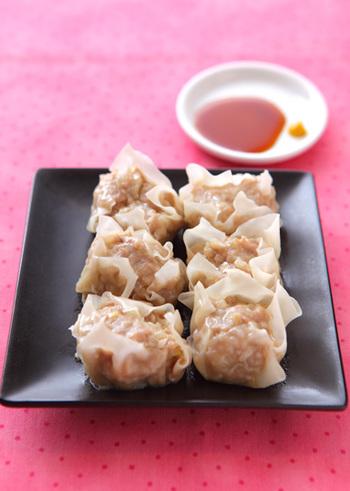 中華のボリュームおかず「シュウマイ」。お肉がギュッとつまっていて食べごたえのある一品です。具にエビやチーズ、かぼちゃをつぶしたものを混ぜ合わせても合いますよ♪