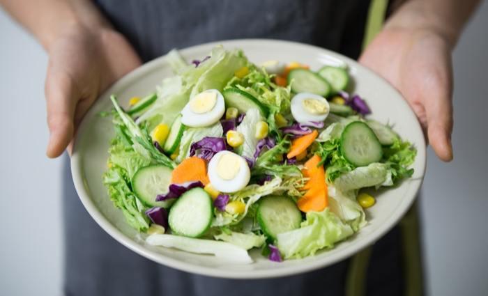 紫外線対策は化粧品によるケアだけではなく、食事でも可能なのをご存知ですか?特に春に出回る旬の春野菜にはビタミンなどの栄養がたっぷりで、シミ・そばかす予防にもおすすめです。春野菜をしっかり摂って、身体の内側からもケアしていきましょう。