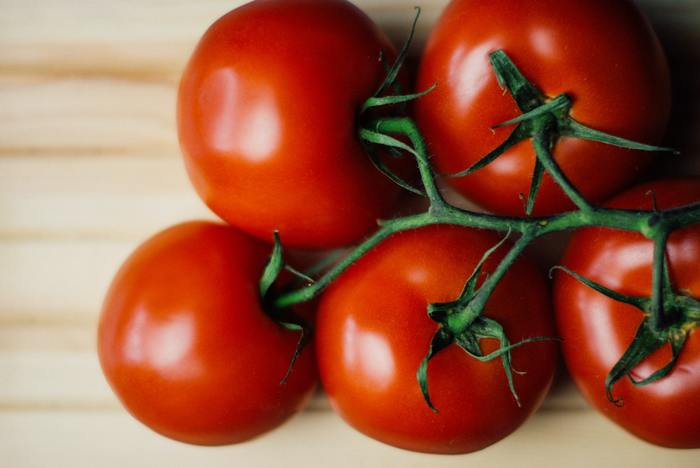 トマトの旬は春〜初夏。トマトには紫外線対策に欠かせないビタミンCやビタミンEなどがたっぷり含まれているので、特にこれからの季節は積極的に摂るよう心がけましょう。