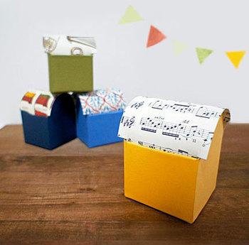 アーチ型のフタ付き小箱も牛乳パックを使えば簡単に作れます。こちらでは、パッケージの文字が透けないように、あらかじめアクリル絵の具で下塗りをする方法が紹介されています。