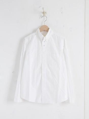 ワードローブに必ず揃えておきたい「白シャツ」は、幅広い着こなしが楽しめる定番アイテムです。持っていて損ナシの洗練された白シャツをご紹介します。