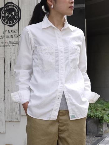 糸からオリジナルで製作したコットンシャンブレーを使用したオアスロウのワークシャツ。洗いざらしの自然なシワ感で、気取らない大人のカジュアルスタイルに。幅広いスタイリング長く愛用出来るベーシックな1枚です。
