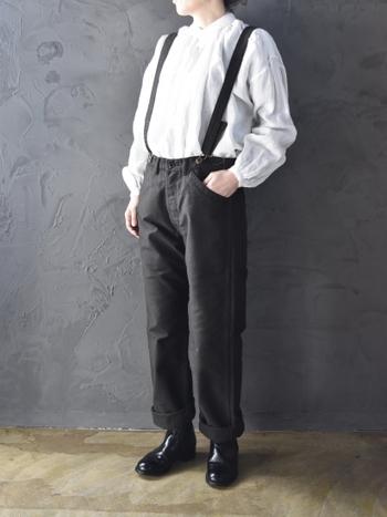 襟元や袖口の丁寧なダブルステッチと細かく寄せられたギャザーが特徴的なヴェリテクールのアンティークブラウス。リネンの風合いを生かしたナチュラルな着こなしに大活躍します。