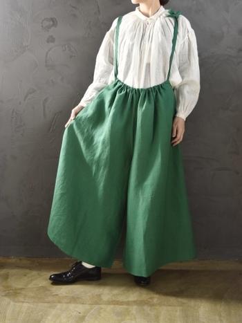 ギャザーたっぷりのシャツに鮮やかなグリーンのワイドパンツ。もう春はそこまで♪気分までワクワク楽しくなるスプリングコーデです。