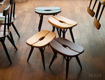 不思議な形状の座面や、複雑な脚部が特徴的なスツールは、アアルトに師事していたイルマリ・タピオヴァーラが設計したもの。座面はゆるやかにカーブし、センターの隙間に手を入れて持ち運びができるようになっています。2種類の高さがあり、座面の低いものは、ソファでくつろぐときのオットマンにもぴったりです。