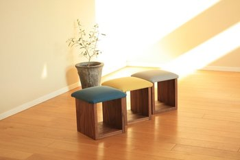座面に丈夫な帆布を使用した、ミニスツールです。洋室にはもちろん、和室にもぴったり。正座や胡坐(あぐら)を組む際の補助椅子としてや、床座りするときのひじ掛けとしても使えます。渋めのお色も和室になじみますね。土台部分に読みかけの本などを置いて、ちょこっと収納ができるのもうれしいポイントです。