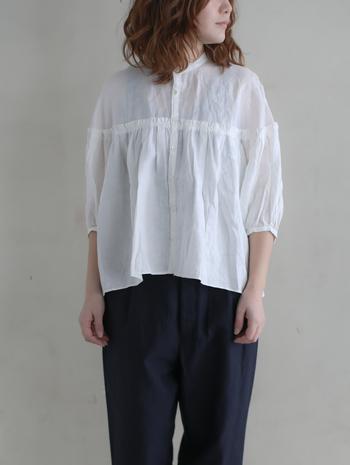 上質なフレンチリネンのシャツ。 たっぷりとギャザーが入っているので、ゆったりとしたシルエットが女性的です。デニムやチノパンなど、ボトムスにボーイズアイテムを合わせるとバランス感がgood♪ シャツの可愛さが引き立ちます。