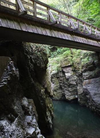 こちらは、仙波渓谷遊歩道にある峡乃橋。切り立った断崖を見ると、心が研ぎ澄まされそうですね。