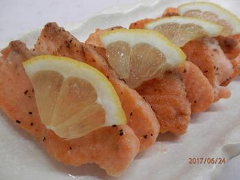 ピンク色の身がお弁当に華を添えてくれる「鮭のムニエル 」。バターを焦がさないようにして、パリッと仕上げるのがおいしさのコツ♪鮭を鱈に変えたり、ハーブやカレー風味にアレンジするのもおすすめです。