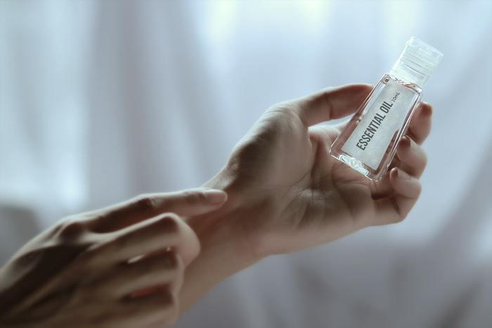 乾燥しがちな冬から春に移行すると、お肌の状態が潤っているように感じられて保湿をついサボりがちです。しかし、保湿はスキンケアの基本中の基本。毎日の化粧水+美容液を基本として、丁寧にハンドプレスでお肌に浸透させましょう。乾燥していると感じた日は、乳液や保湿クリームなどでさらに保湿力をアップ。お肌のバリア機能を高めて、花粉やホコリに負けない肌質を保ちたいですね。
