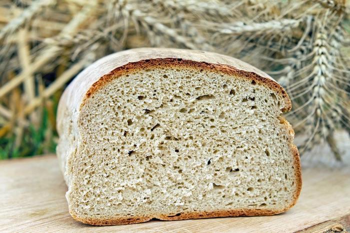 ライ麦粉が10%以上50%未満のパン。 小麦粉のブレンド量がライ麦より多くなると、酸味が中和されてふわりとしたボリュームが出てきます。 また、小麦のブレンドが90%以上になると「ヴァイツェンブロート」と呼ばれます。見た目は日本でも見かけるパンと似ていますが、フワッフワッの柔らかさではなく、しっかり歯ごたえを残しているのがドイツの個性。