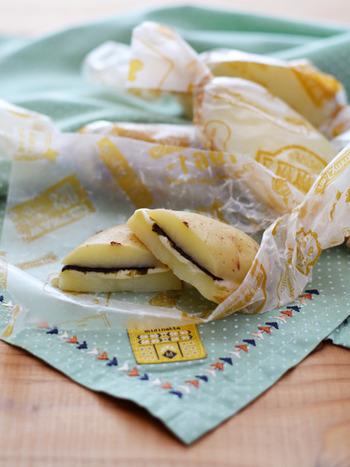 ●新じゃがのりチーズサンド 香りが良くて、しっかりとした食感が楽しめる新じゃが。この時季はレモンに匹敵するくらいビタミンCが豊富なのだそう。皮の近くに栄養がつまっているので皮付きのままいただきましょう。こちらは、新じゃがをレンジでチンして具材を挟むだけのお手軽メニュー。おやつやピクニックにぴったりです。