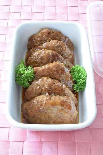 トッピングやソースのバリエーションで幅広くアレンジできるハンバーグ。ひき肉をよく練ることでやわらかく肉汁たっぷりに仕上がります。夜ご飯で作る時に、お弁当用として小さめに作って冷凍しておくと使いやすいですね。