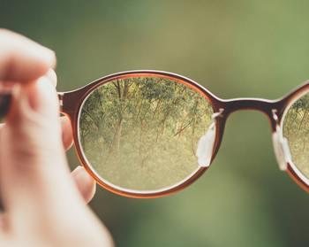 目がかゆくなったりショボショボしたり・・・。 そんな時には眼鏡がおすすめです。もちろん伊達メガネでもOK。心強いバリアになってくれますよ。 この季節のファッションとして眼鏡で色々遊んでみるのも楽しそうですね。