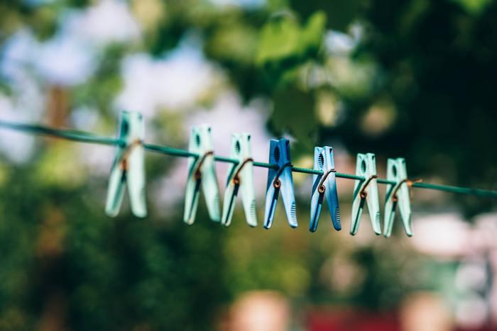 花粉の飛散するピーク時は、洗濯物は室内干しがベスト。布団やカーペットなどをやむを得ず外に干すときには、よくはらってから取りこむようにしましょう。