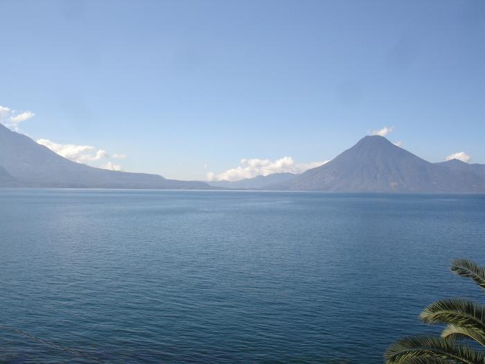 標高1500メートルの高原に位置するアティトラン湖は、グアテマラのソロラ県にあるカルデラ湖です。アティトラン湖の歴史は古く、約8万年以上もの前の火山噴火によって形成されました。約130平方キロメートルもの面積を誇る湖の周りには、3つの火山が取り囲んでおり、その独特の風貌から「世界一美しい湖のひとつ」とも称されています。