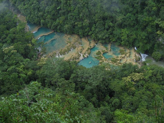 グアテマラ中央部に広がる密林の中に佇むセムク・チャンペイはカーボン川沿いにできた石灰岩の棚田によって形成された景勝地です。鬱蒼とした森に囲まれた、アクセスのしにくいセムク・チャンペイは「グアテマラの秘境」とも形容されています。