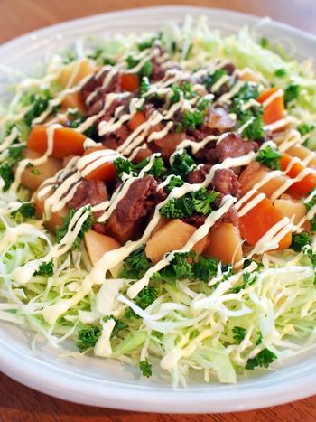 肉じゃがを、たっぷりキャベツの上にトッピングさせたちょっと個性的なサラダ。サラダですがボリュームもあって、野菜もしっかり取れる嬉しい一品です。