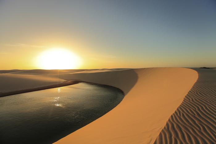 ここでは、一秒たりとも同じ景色を繰り返す見ることはできません。陽射しによって徐々に色を変えてゆく砂の色、風が吹くたびに姿を変える砂紋、降り注ぐ陽射しが融和した景色は絶景そのものです。
