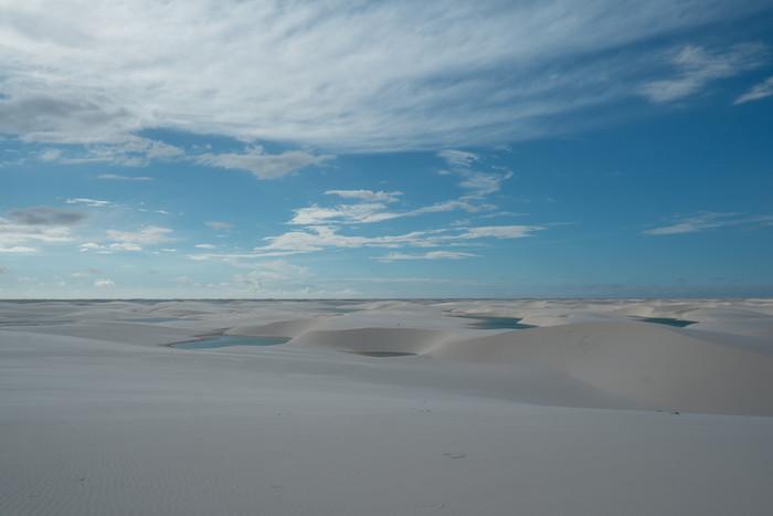 ブラジル北東部にあるレンソイス国立公園には、真っ白な砂でできた大砂丘があります。