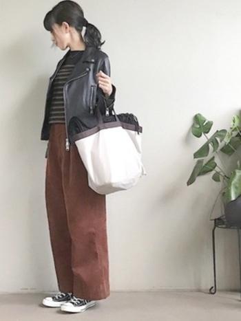 ジッパーをしめてその上にマフラーやストールをのせるのもいいアイディア。バッグに入りきらない時にくるくるまるめてのせるだけでおしゃれさんに見えるのでぜひ真似してみて。