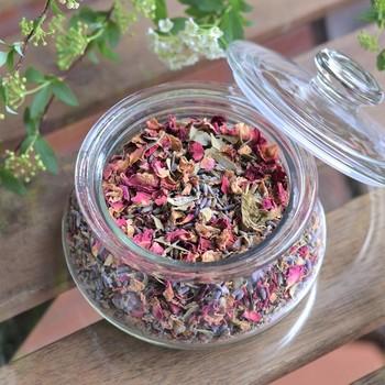 「モイストポプリ」は、粗塩、半乾燥の花びら、ハーブ、精油を混ぜて冷暗所で約1ヶ月間熟成させたポプリのこと。様々なお花や植物の色がミックスされて自然本来の美しさを楽しむことができます。透明なガラス瓶のままインテリアとして飾っても良いですし、香りを楽しみたい時は蓋を開けたり別の容器に取り出して楽しむのもおすすめ。