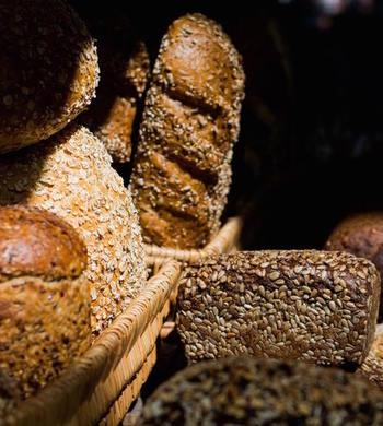 多様な穀物がふんだんにトッピングされているのも特徴です。ゴマ、ケシの実、ヒマワリの種、亜麻の実、カボチャの種など。自然の恵みがぎっしりと詰まっています。