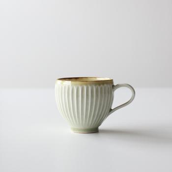 """天草の磁器土を使った器をつくる水谷和音さんの""""しのぎ""""のマグカップ。骨董市で見つけたようなヴィンテージな雰囲気とツルッとした手触りが魅力的。素朴な表情は、日常使いにしたくなりますね。"""