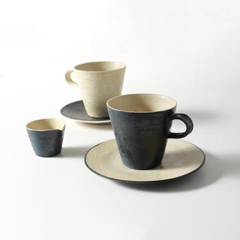 北海道を拠点に活躍されている杉田真紀さんのカップは、どこか懐かしいクラシカルな雰囲気。飽きのこない色合い、すらっとしたカップの形は、日々にしっくり溶け込んでくれますね。