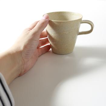 触れただけで癒されるような、少しざらりとした土の質感。しっかりとして重そうかな?と思いきや、片手で持っても軽いので使いやすそう。大切に愛着を持って使いたくなるそんなマグカップです。