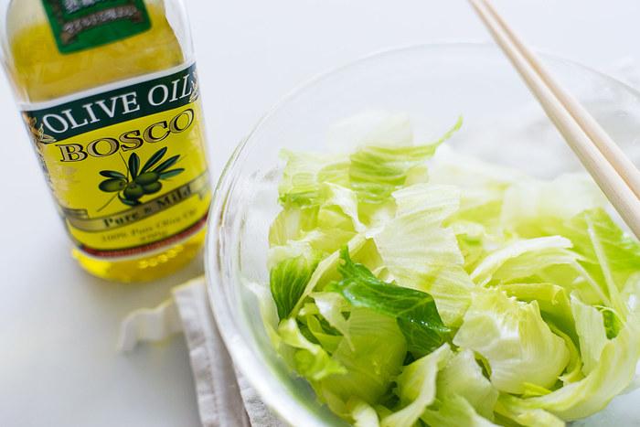 ドレッシングなどにも使えるオリーブオイルは、暗い緑色の瓶に入っていることが多いですよね。空気と光に弱いオイル類は、保存容器によって状態が大きく変わってきます。風味を大事にするなら、ぜひ遮光瓶のものを選びましょう。