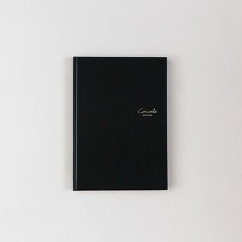 しなやかでハリのあるステーショナリー用紙を使用したノート。 明るい陽射しにかざしてみたくなる。そんな独特の質感を楽しめます。
