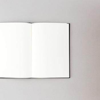 用紙は無地で、柔らかな色味も特徴的です。 文字を書くのは勿論、イラストを書いたりと、思うがままに、自由に使うことができます。